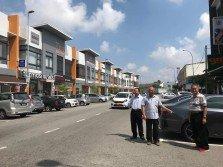蘇德招(中)希望把直式停車位改為斜式停車位,左起為陳志源及林慶興。