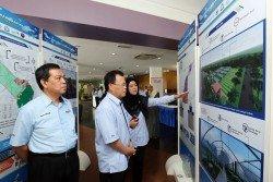 王建民(左3)在依山伊薩克(左2起)、張創迪、納因、 謝叔珍、方淑華及一眾嘉賓共同見證下,為第29屆馬來西 亞國際機械展主持開幕鳴鑼儀式。