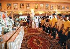 獲救的少年足球隊一行人,周四聚集在清萊府北部廟宇,悼念于此次洞穴救援行動中,意外喪生的泰國海軍海豹部隊前隊員薩曼,並在他遺照前默哀。