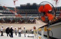 高溫天氣侵襲日本,東京正在動工的奧運會體育場工地,可見安裝了風扇。
