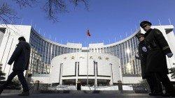 這是位於北京的中國人民銀行總部。英國媒體警告,中國整治非銀行機構的行動,正導致流動性緊張和投資者驚慌,2018年開始讓人聯想起2015年的股市大跌時期。