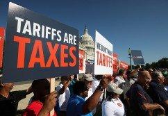 一群美國汽車工人當地時間週四在國會山莊外,舉牌抗議特朗普政府借國家安全之名向進口汽車和零件徵收關稅。