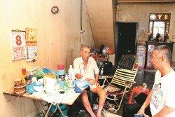 胡明彬(右)向許寶南了解其情況,並希望大眾可協助許寶南度過難關。