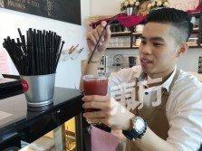 到咖啡廳或餐廳用餐,服務員都會附上一支吸管,以方便顧客喝飲料。目前的趨勢仍停留在若服務員沒為飲料附上吸管,顧客也會提出相關要求。