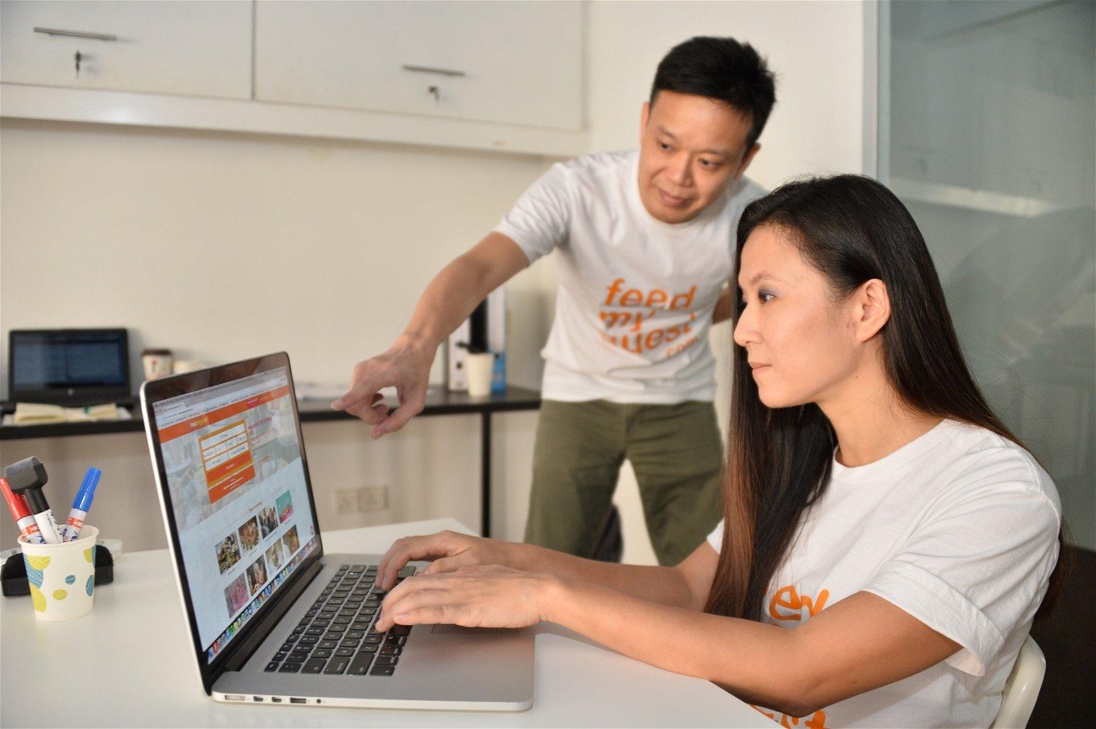 """林炽昇(左起)和陈楚慧联同另一名创办人于2年前创立""""feedmyguest""""外烩订餐平台,至今已有300间店家加入,同时亦完成90万次交易量。"""