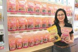 梁文瑤展示Eva's純手工牛軋糖總店最暢銷的產品,榴槤口味牛軋糖。
