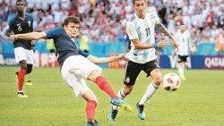 法國右后衛帕瓦爾(左)對阿根廷的驚天抽射破門,獲選為本屆世界杯最佳進球!這也是他的國家隊處子球。