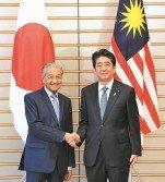 馬哈迪第二度任首相后,選擇日本為首個出訪國家,意味著告別納吉親中的外交政策,尋求更獨立自主的外交。圖為日本首相安倍晉三,6月12日在東京接見到訪的馬哈迪。