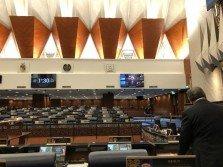 週二下午國會復會時,議會廳內正副部長位子空無一人,國會議員人數也寥寥無幾,差點因人數不足而流會。