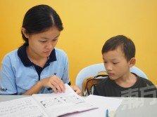以一對一的教學方式監督孩子們的課業及補習,方能更瞭解孩子們的學習進度及家庭狀況,並對症下藥。