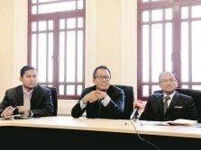 蘇菲華合(中)及阿布峇卡(右)宣佈州政府和全景巴士公司所取得的共識及最新進展。