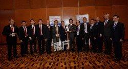 大馬中總戴良業(左8)贈送紀念品予新加坡中華總商會會長黃山忠(左7)。左起為新加坡中華總商會文教與社會事務委員會副主席高允裕、新加坡中華總商會國際事務委員會主席白連源、新加坡中華總商會研究與出版委員會主席吳紹均、新加坡中華總商會總務委員會主席白毅柏、新加坡中華總商會副會長何乃全、新加坡中華總商會副會長吳學光、大馬中總署理總會長丹斯里林錦勝、大馬中總副總會長拿督劉瑞裕、大馬中總副總會長李開運、大馬中總副總會長郭耀通、大馬中總總秘書拿督盧成全和大馬中總第二副總秘書蔡文洲。 (攝影:顏泉春)