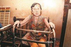 黃亞珠雙眼失明、大腿脫臼,卻若無錢醫病。