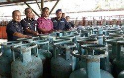 貿消部週一成功搞毀昔加末最大宗的液化石油氣廠,起獲總值26萬令吉的津貼液化石油氣。左 3為凱魯。