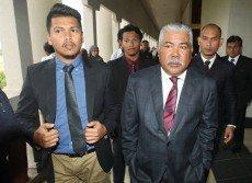 莫哈末阿里夫(右)與長子阿末朱凱利(左)去年2月雙雙被控上法庭,他們週三因反貪罪成而被判入獄。   (檔案照)