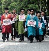 多所大學學生代表請願,促希盟政府履行競選承諾,讓月入4000令吉以下者展延攤還PTPTN。