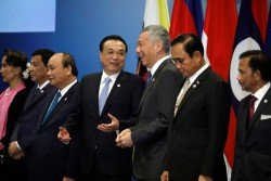 中國-東盟領導人會議周三在新加坡會展中心舉行,與會領導人在台上合照期間,中國總理李克強(中)和新加坡總理李顯龍(右2)開心交談。