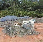 疑是洋垃圾留下的廢棄物,隨意丟棄在昔加末第二工業區的空地,發出異味。(圖截自視頻)