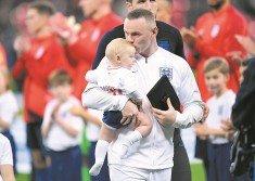 魯尼(中)賽前從英格蘭足總會長克拉克手中接過紀念品後,親吻今年2月出生的第四個兒子卡斯離場。