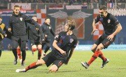 克羅地亞後衛耶德瓦伊(中)在傷停補時階段絕殺西班牙,獨中雙元的他是球隊在主場以3比2獲勝的大功臣。