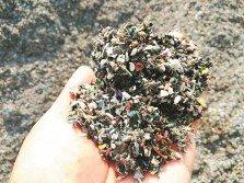 環境局官員以肉眼查看,發現丟棄在昔加末第二工業區空地的廢棄物是電線外層的塑料,目前已送往化驗。
