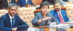 國家銀行總裁諾珊希雅(中)宣佈第3季GDP成長。