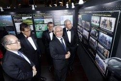 砂州元首敦丕顯斯裡泰益瑪目(右2)參觀砂再生能源走廊計 劃10週年展覽。左起為砂副首長拿督阿瑪道格拉斯、砂首長 拿督巴丁宜阿邦佐哈裡、砂區域走廊發展機構首席執行員依 斯瑪威及砂副首長拿督阿瑪阿旺登雅。