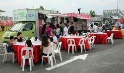 流動餐車的加入加劇飲食業競爭,新山市 政局發出執照餐車執照時,盡可能安排餐 車擺賣地點不會影響店面生意。(檔案照)