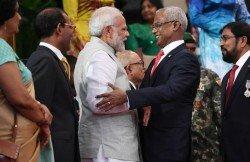 爾代夫新總統薩利赫上週六舉行就任總統宣誓儀式,印度總理莫迪是座上賓。圖為莫迪(左3)和薩利赫(右2)相見歡。印度和馬爾代夫發表聯合聲明,指印度準備協助馬爾代夫渡過經濟難關。