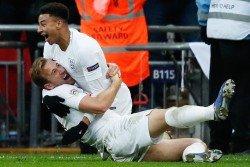 英格蘭隊長哈里-凱恩(左)攻入致勝進球後,與林加德一起慶祝;他在此前助攻林加德扳平比分,率領球隊在主場以2比1逆轉擊敗克羅地亞。