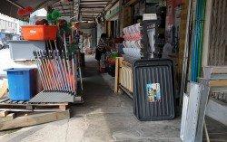 許多雜貨零售商習慣把各式商品擺在五腳基,顧客經過時可順便選購。
