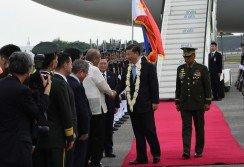中國國家主席習近平上午抵達馬尼拉國際機場,與迎接他的菲國官員握手。這是習近平就任中國國家主席以來,首次國是訪問菲律賓。