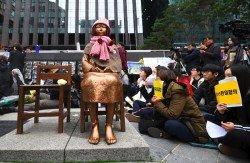 韓國民眾周三在首爾日本大使館前、象徵「慰安婦」的少女像周圍示威,反對韓國前政府和日本在2015年簽署的「日韓慰安婦問題協議」。