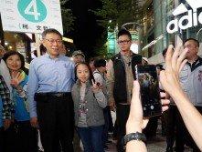 台北市長柯文哲(左2)週二晚到西門町商圈掃街受熱烈歡迎,大批民眾排成長長人龍,與柯文哲合影。