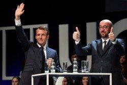 法國總統馬克龍(左)與比利時首相米歇爾出席在新魯汶大學舉行的座談會時,分別向出席的學生們揮手和高舉大拇指致意。
