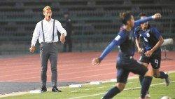 日本前腰本田圭佑(左)體驗了執教柬埔寨獲得首勝,但弟子卻贏球出局的冰火兩重天感覺。
