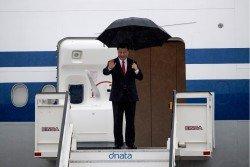 中國國家主席習近平周三離開菲律賓,當地下起細雨,習近平撐傘走上登機梯,進入機艙前向送機的人士揮手道別。