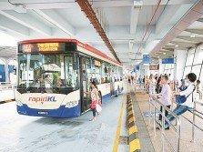 交通工具的功能不只是運送人們,它更牽引著我們如何理解與感受周圍環境與人群的關係。圖為民眾在吉隆坡巴士站等候巴士。(圖取自Rapid KL網站)