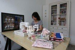 楊秋薇在工作室完成 每項訂單,除了手作娃 娃,也有縫製其他作品杯墊及寶寶單等。