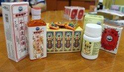 經過多年的研發,同仁堂目前已擁有逾百種 中成藥產品,而其中最受歡迎的則為千里追風油 、仁發濕熱肚痛丸、胃痛寶及雙熊貓油。