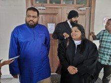 慕辛(左起)與代表律師古娜瑪蘭步出高庭,並指他們尊重高庭的決定,惟會再向上訴庭提出司法審核。