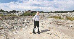 萬津州議員劉永山指中央政府及地方 政府積極配合取締非法垃圾回收廠, 在7月至10月期間就有4次的檢舉行動,關閉了40間非法處理洋垃圾的工 廠;其身后的洋垃圾堆將拍賣給正規 合法的再循環廠家。