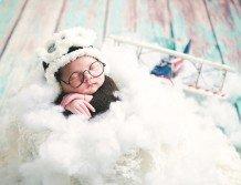 攝影師發揮創意, 把新 生兒打扮成空服員。