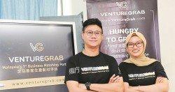 VentureGrab的聯合創辦人陳子輝(左)和熙諦(Siti Salwa)。