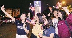 國慶日前夕,大馬人民聚集在各地,倒數迎接 國慶。圖為吉隆坡市政局前,一群年輕男女握 著「輝煌條紋」自拍,紀念這美好的一刻。