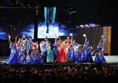 在「杭州時間」表演環節中,著名青年舞蹈家、杭州姑娘殷 碩(前排右3),帶領「西子姑娘」們在一輪圓月的輝映之 下,在江南竹笛和琵琶的合樂聲之中翩翩起舞。