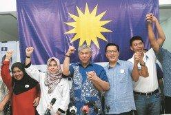 阿末扎希(左3起)、廖中萊與陳志忠手牽手,以合作團隊姿態,希望獲得選民的支持。