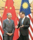 受訪嘉賓認為,馬中關係不會因首相敦馬哈迪(左)取消3項工程,而受到影響。右為中國總理李克強。
