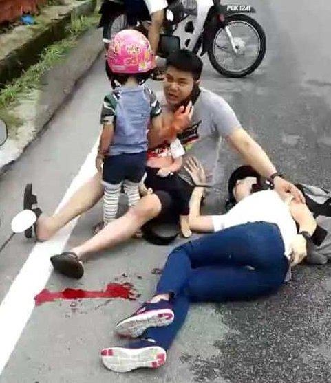 一家4口共乘摩哆與羅里擦撞車翻 1歲男童重傷不治