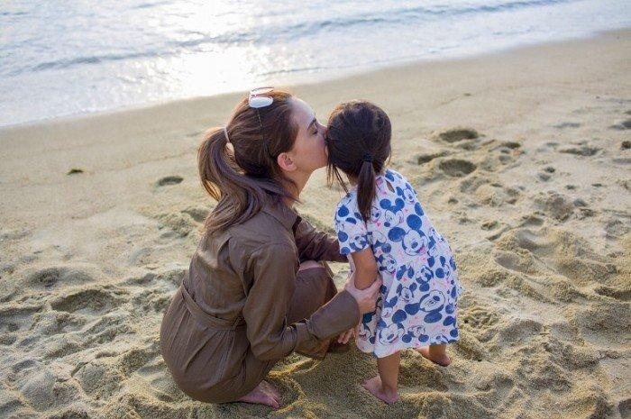 昆凌曬與愛女沙灘玩耍照盡顯溫馨